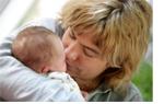 En mamma pussar sitt barn